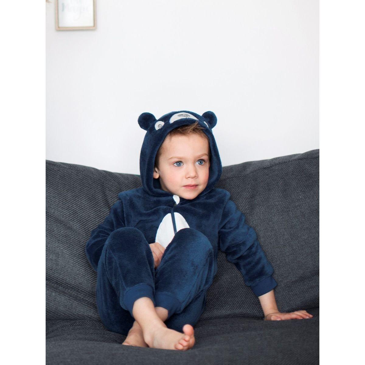 50efc5823128c ... petite fille avec un surpyjama sans pieds. En hiver