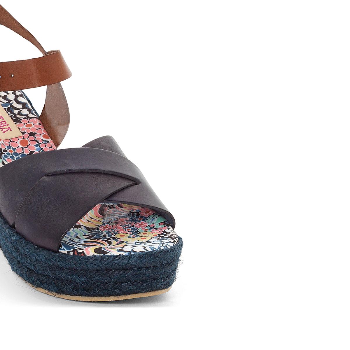 Босоножки кожаные на танкетке ElizaВерх/Голенище: Кожа.   Стелька: Текстиль.  Подошва: Каучук.  Высота каблука: 6,5 см.  Форма каблука: Танкетка.Мысок: Закругленный.  Застежка: Пряжка.<br><br>Цвет: розовый каштан,темно-синий/каштан