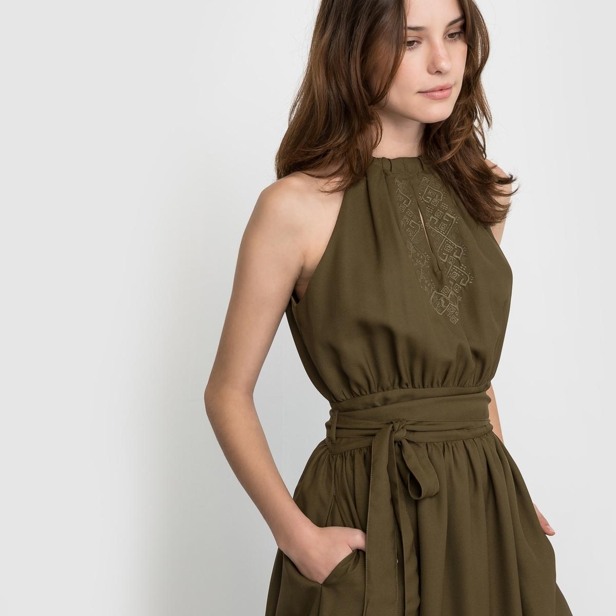 Платье с вышивкой и американскими проймами рукавовЗакругленный эластичный вырез. Вырез с разрезом спереди, этническая вышивка в тон с обеих сторон. Отрезное по линии талии, широкий пояс под шлевками, завязывающийся спереди. Расширяющийся книзу покрой, 2 кармана в боковых швах.  Застежка капля сзади + застежка на скрытую молнию. Платье на подкладке из джерси из полиэстера. Длина 110 см.        Состав и описаниеМатериал: платье 100% полиэстера - подкладка 100% полиэстераУходМашинная стирка при 30°C в деликатном режимеСтирать и гладить с изнаночной стороныГладить при низкой температуреМашинная сушка запрещена<br><br>Цвет: хаки<br>Размер: 44 (FR) - 50 (RUS).46 (FR) - 52 (RUS)