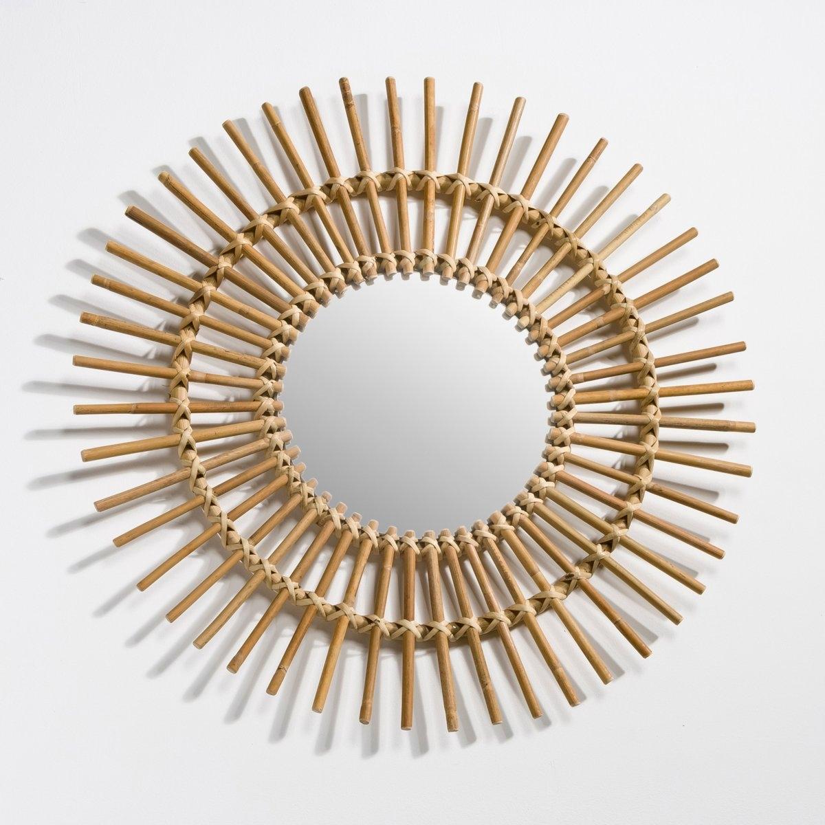 Винтажное зеркало в форме солнца из ротанга NoguВинтажное зеркало Nogu  . Воздушное винтажное зеркало в форме солнца Nogu прямо из 50-ых или 60-ых.Описание зеркала с отделкой из ротанга Nogu  :Настенное крепление, в комплект не входит..Характеристики зеркала Nogu :Натуральные ротанг и тростник.Отделка натуральных цветов..Найдите все вещи из коллекции Nogu на сайте laredoute.ru.  Размеры зеркала Nogu :    Зеркало : Диаметр : 26,5 смОбщие : Диаметр : 70 см.<br><br>Цвет: серо-бежевый