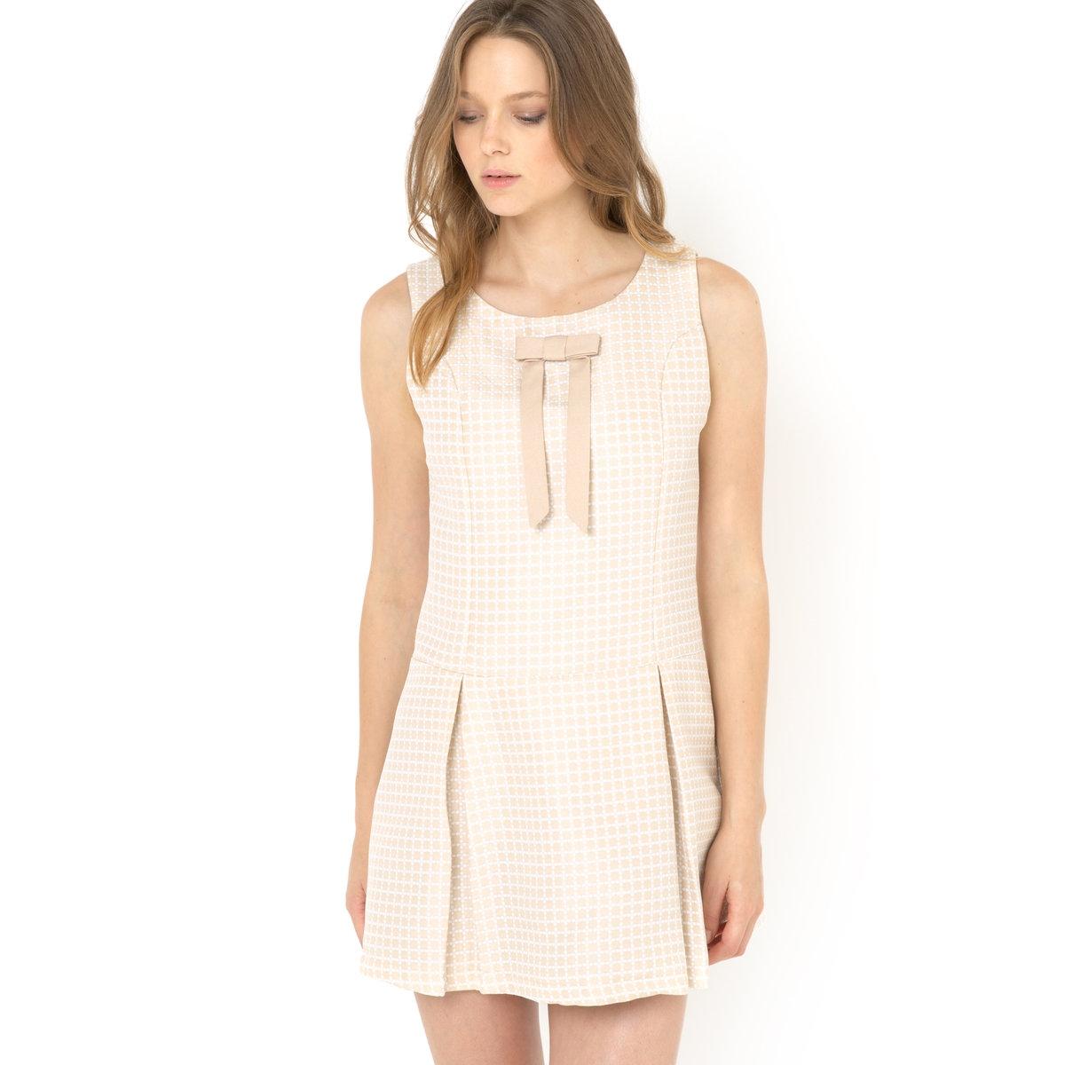 Платье без рукавов с декоративным бантомПлатье без рукавов на молнии, с эффектом стеганой ткани и декоративным бантом, Molly Bracken.Изящное платье нежной расцветки с рисунком, декоративным бантом спереди и модной видимой застежкой на молнию сзади: Вам наверняка придется по душе осовремененный классический стиль этого платья, которое Вам точно пригодится для ближайшей вечеринки или важного ужина! Платье без рукавов. Застежка на молнию сзади. Пришитый декоративный бант спереди. 100% полиэстера.<br><br>Цвет: бежевый<br>Размер: 2(M)