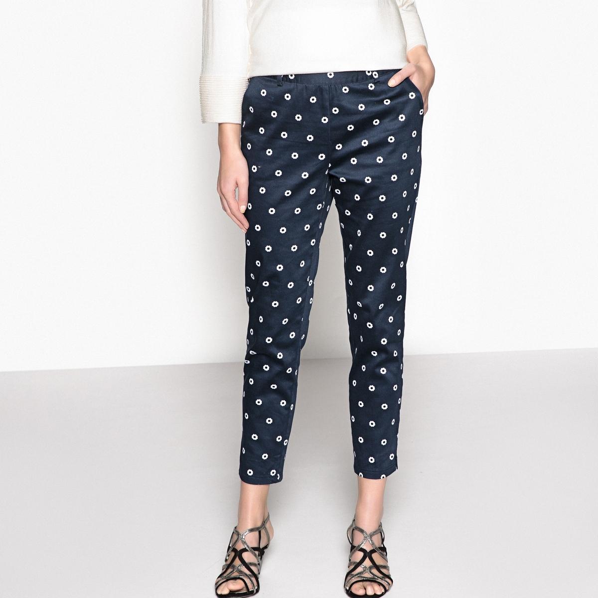 Брюки-дудочки, 7/8, с рисункомОписание:Узкие женские брюки, 7/8. Модные брюки благодаря рисунку в горошек. Из хлопкового сатина для большего комфорта.Детали •  Узкие, дудочки •  Стандартная высота пояса •  Рисунок-принтСостав и уход •  98% хлопка, 2% эластана •  Температура стирки 30° на деликатном режиме   •  Сухая чистка и отбеливатели запрещены •  Не использовать барабанную сушку •  Низкая температура глажки •  Пояс со шлевками и застежкой на молнию и металлическую пуговицу сбоку. 2 косых кармана. 2 ложных прорезных кармана сзади. Разрезы внизу брючин •  Длина по внутр. шву 68 см, ширина по низу 15 см<br><br>Цвет: рисунок/фон темно-синий