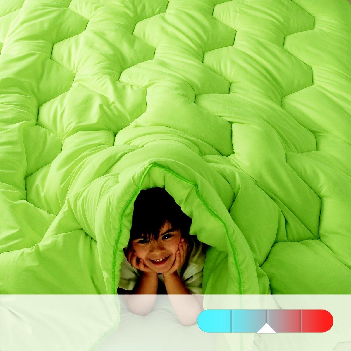 Одеяло R?verie Color, 300 г/м?Одеяло R?verie Color. Пододеяльник больше не нужен! Плотность 300 г/м?: одеяло средней плотности, идеально при температуре воздуха в комнате 15-20°. Наполнитель: 100% полиэстера, полые силиконизированные волокна. Простежка шестиугольниками в тон, отделка кантом, двойная отстрочка. Чехол: 50% полиэстера, 50% хлопка. Грязеотталкивающая обработка Teflon. Контрастная отделка кантом. Стирка при 60°. Поставка в чехле.<br><br>Цвет: зеленый анис,фиалковый,шоколадно-каштановый