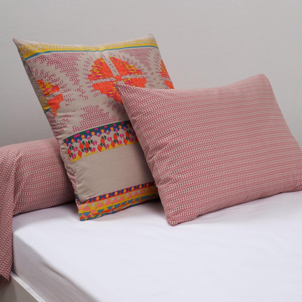 Наволочки классические и на подушку-валик, Macchu PichuНаволочки классические и на подушку-валик, Macchu Pichu.  В южноамериканском стиле: мотивы инков в ярких и жизнеутверждающих цветах. Описание наволочек Macchu Pichu:Квадратная наволочка : полоски из мелких рисунков.  Прямоугольная наволочка и наволочка на подушку-валик: мелкие мотивы цвета фукси на бежевом фоне. 100% хлопка, плотное плетение ткани (57 нитей/см?): чем больше нитей/см?, тем выше качество материала.         Стирка при 60°.   Знак Oeko-Tex® гарантирует, что протестированные и сертифицированные товары не содержат вредных для здоровья веществ.Размеры:50x70 см: прямоугольная наволочка.63x63 см: квадратная наволочка.85x185 см: наволочка на подушку-валик<br><br>Цвет: рисунок бежевый,рисунок фуксия/каштан<br>Размер: 63 x 63  см.50 x 70  см