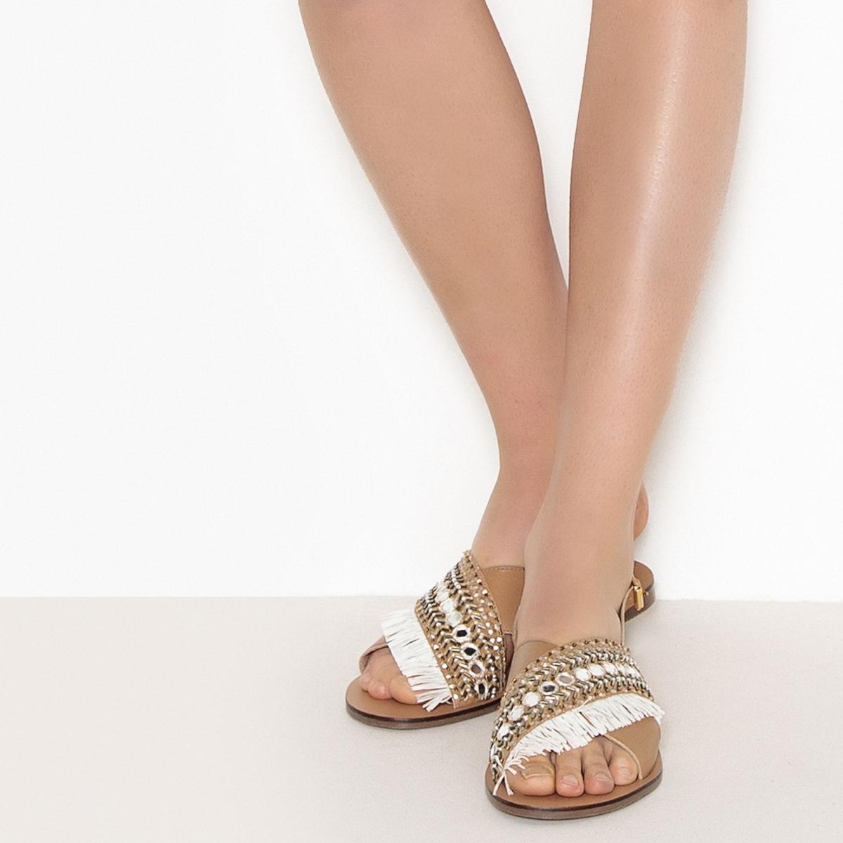 Sandálias em pele, detalhe com franjas