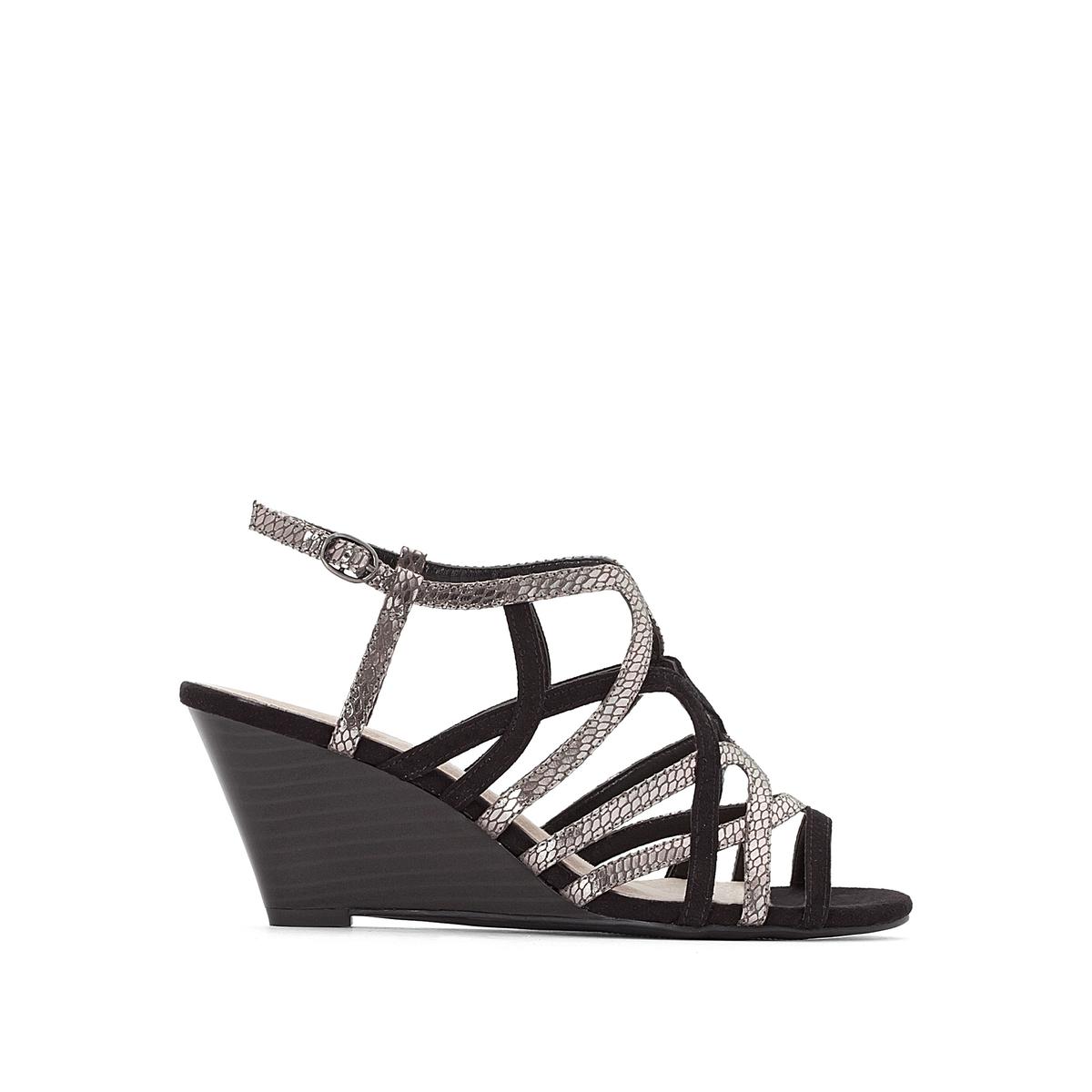 Sandálias com fivelas metalizadas