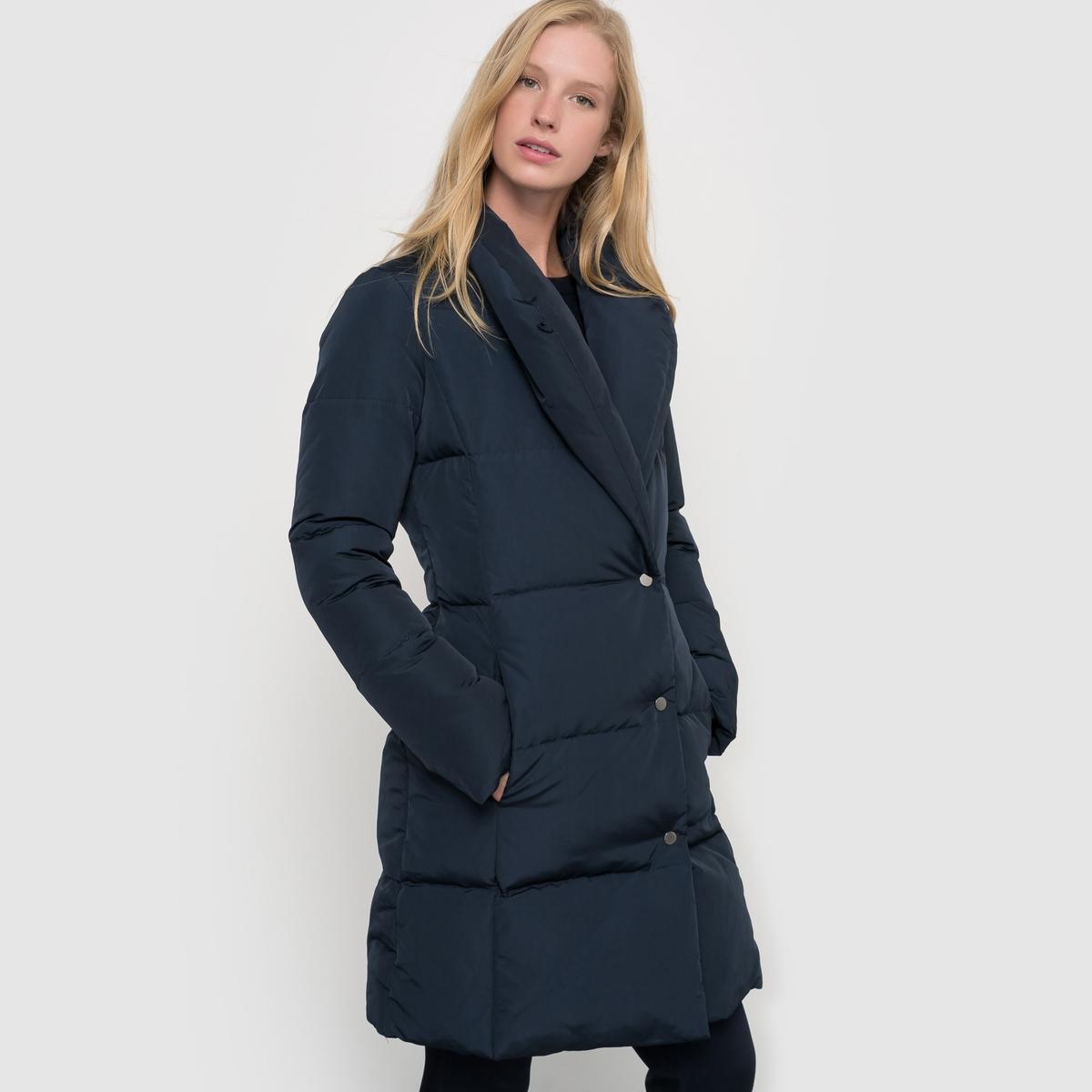 Куртка стеганая длинная с шалевым воротникомДлинная стеганая куртка. Большой шалевый воротник. Застежка на кнопки. 2 кармана по бокам.Состав и описание : Материал 100% полиэстер, наполнитель 70% пух, 30% пероПодкладка: 100% полиэстер.   Длина:  90 см.Marque               Atelier RУход :Машинная стирка при 30° с вещами схожих цветов или сухая чистка.Стирать, предварительно вывернув изделие наизнанку..Не гладить.<br><br>Цвет: темно-синий<br>Размер: 36 (FR) - 42 (RUS)