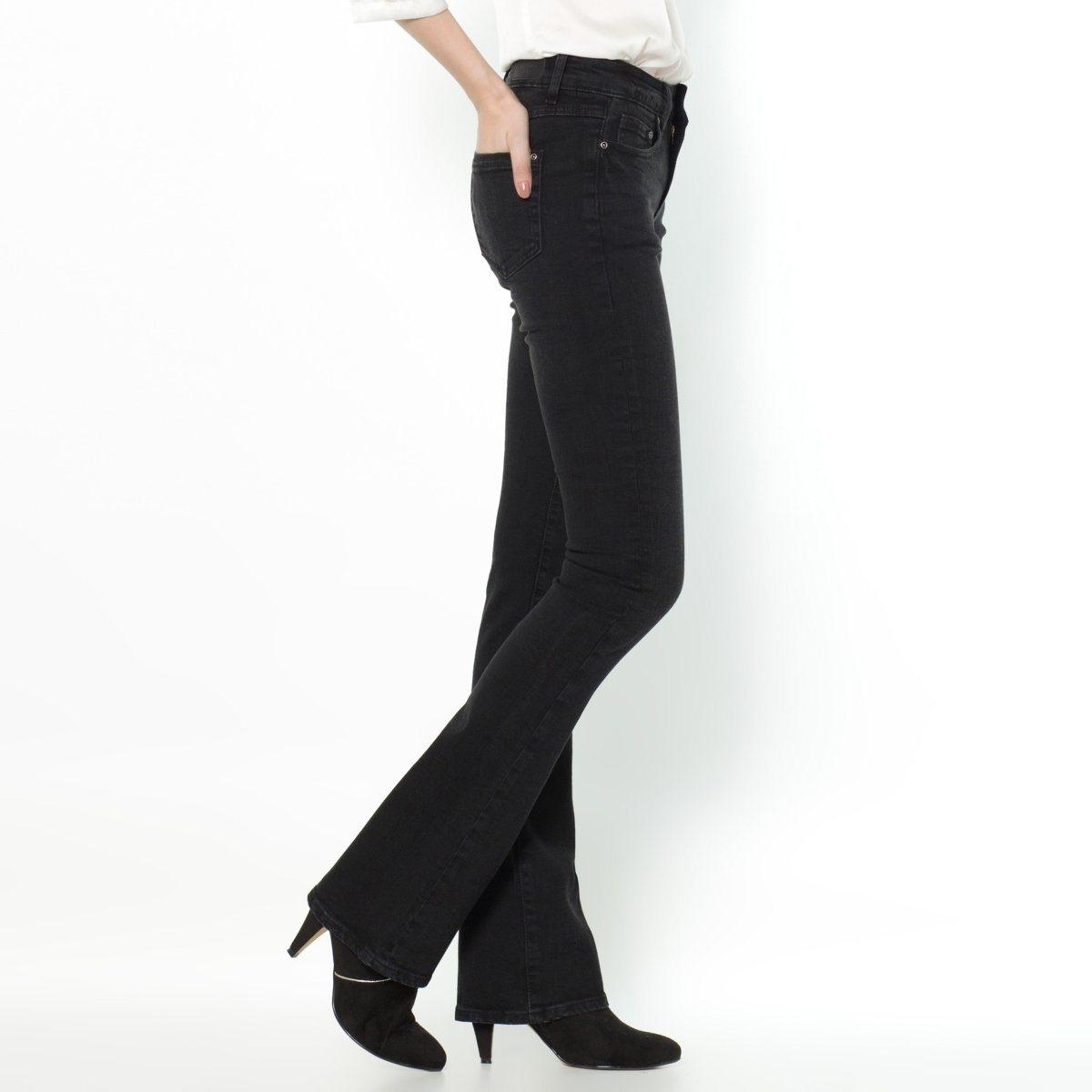 Джинсы-буткат, заниженный поясДжинсы покроя буткат (брюки прямые до колен и расклешенные к низу). Покрой 5 карманов. Планка застежки на молнию.Деним, 98% хлопка, 2% эластана. Длина по внутреннему шву 83 см, ширина по низу 23 см. Существует 3 варианта длины..<br><br>Цвет: голубой потертый,черный потертый<br>Размер: 29 (US) - 44/46 (RUS).37 (46/48).34 (US) - 50 (RUS)