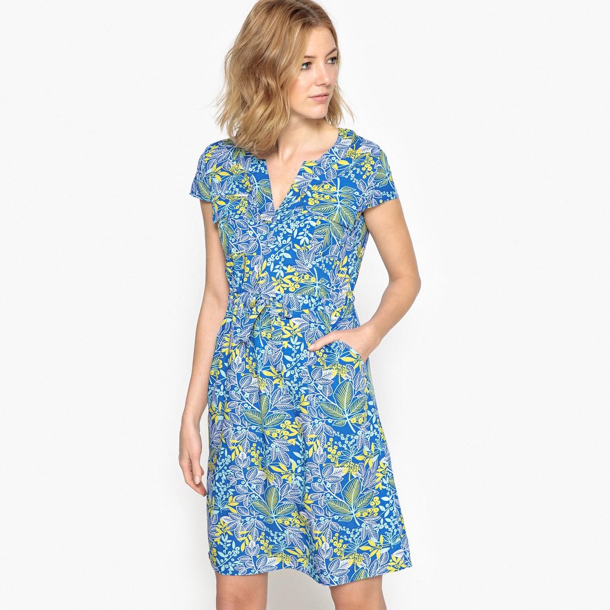 Платье прямое средней длины с рисунком и короткими рукавами
