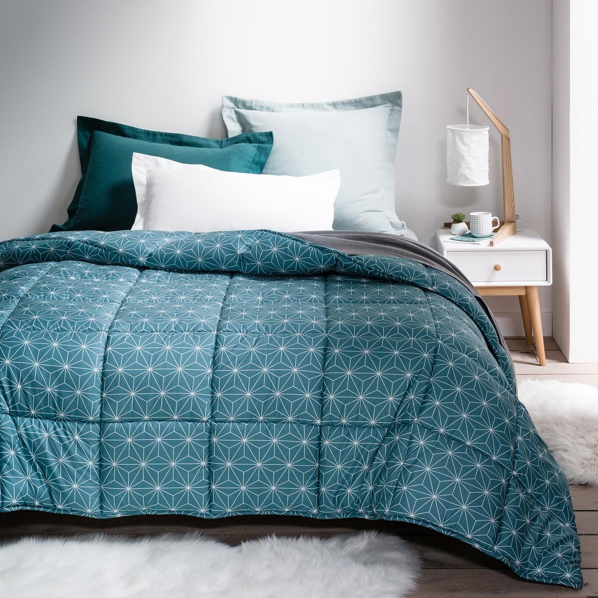 Одеяло с рисунком PeachС одеялом Peach с модным рисунком не нужен пододеяльник! Описание одеяла с рисунком Peach :Геометрические мотивы с двух сторон, микрофибра, 100% полиэстер Отделка бейкой.Характеристики синтетического одеяла с рисунком Peach  :Наполнитель, 100% полиэстер (400 г/м?)Машинная стирка при 60 °СРазмеры синтетического одеяла с рисунком Peach  :140 x 200 см : 1-сп.220 x 240 см : 2-сп.<br><br>Цвет: сине-зеленый