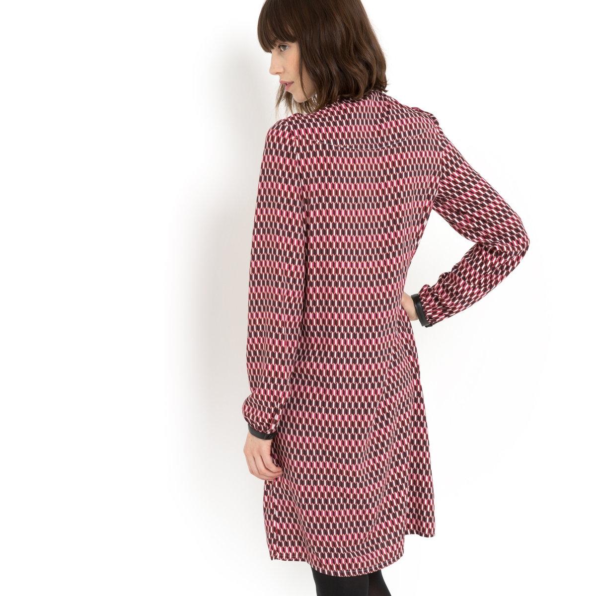 Платье из вискозыПлатье-рубашка MADEMOISELLE R. Графический принт на розовом фоне. Длинные рукава. Маленький воротник, манжеты из искусственной кожи с застежкой на пуговицы. Супатная застежка на пуговицы спереди по всей длине.Платье из 100% вискозы.<br><br>Цвет: набивной рисунок
