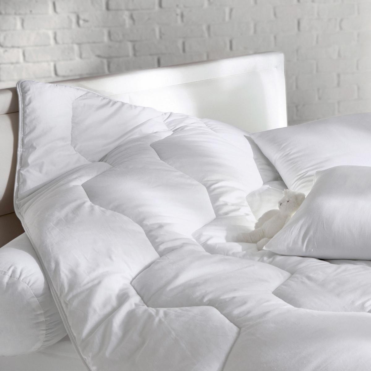 Одеяло из синтетики качество стандарт с обработкой против клещей 300г/м2Выбирайте одеяло Redoute R?VERIE, стандартного качества (300 г/м?)  : мягкость и комфорт гарантированы. Обработка Saniprotect против клещей .                                                                         Наполнитель 100 % polyester, полых силиконовых волокон для большей мягкости.                                                                                                            Верх 100 % хлопка с обработкой Saniprotect против клещей (эффективна даже после нескольких стирок).                                                                                                            Прострочка шестиугольниками.                                                                             Отделка бейкой, усиленная двойная прострочка  .                                                                                                            Уход : стирка при 40°. Возможна барабанная сушка .                                                                                                            Идеально при температуре воздуха в комнате от 15 до 18°.<br><br>Цвет: белый