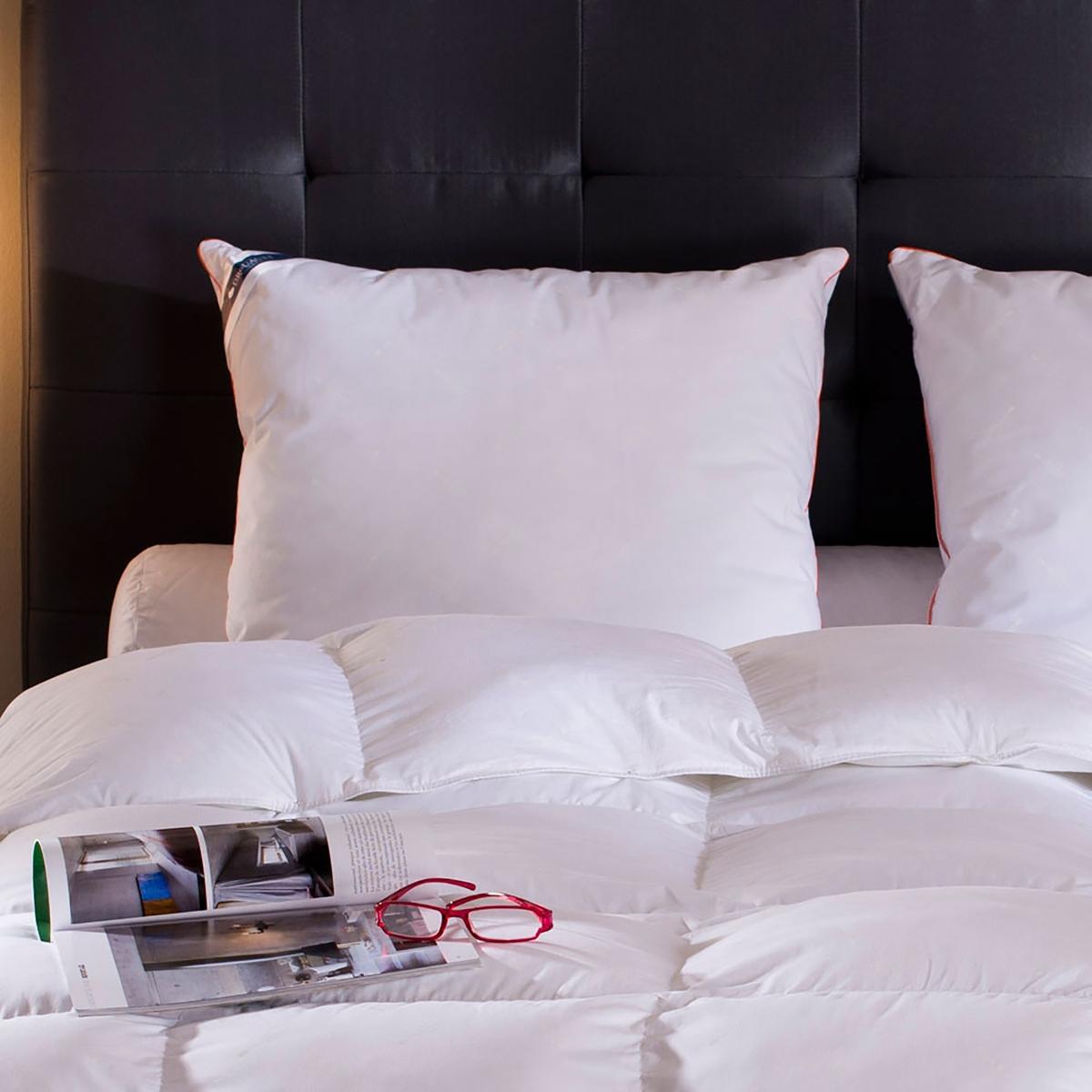 Подушка синтетическая «Moscova». Напоминает гусиный пух на ощупь.Синтетическая подушка : если вы ищите качества подушки с натуральным пухом в синтетической подушке, это изделие для вас!Наполнитель из волокон из микрофибры Suprelle Duv Touch® обеспечивает пышность и исключительный комфорт. Подушка отлично адаптируется к строению вашего тела и гарантирует оптимальную поддержку головы. Производство: Франция. Чехол : Качественный сатин из хлопковой саржи с кантом кораллового цвета и рисунком в тон с логотипом DROUAULT, все это подтверждает подлинность изделия высокого качества.Наполнитель : 100% волокон из полиэстера Suprelle® Duv, очень мягких на ощупь. Восстанавливает пышность и сохраняет форму. Машинная стирка при 40 °С. Доставка в чемоданчике для хранения.<br><br>Цвет: белый