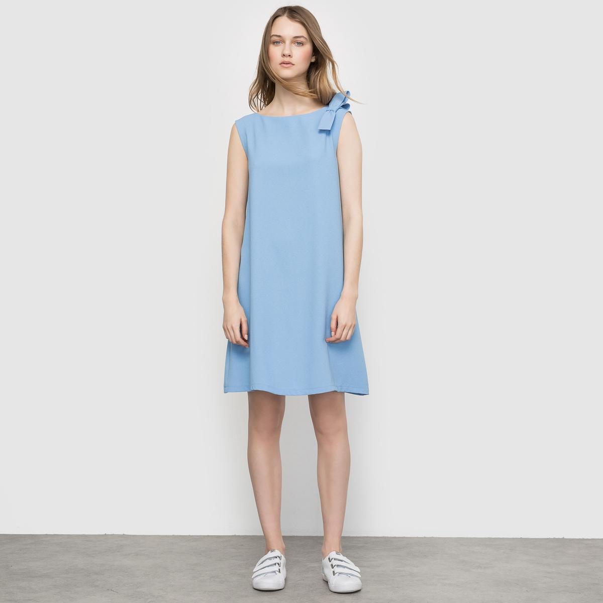 Платье из струящейся тканиПлатье из струящейся ткани без рукавов и с бантиком на плече  . Прямой покрой, закругленный вырез. Женственное и элегантное .Состав и описаниеМатериал : 98% полиэстера, 2% эластана.Длина : 90 смМарка : LES PETITS PRIX.<br><br>Цвет: небесно-голубой<br>Размер: 34 (FR) - 40 (RUS)