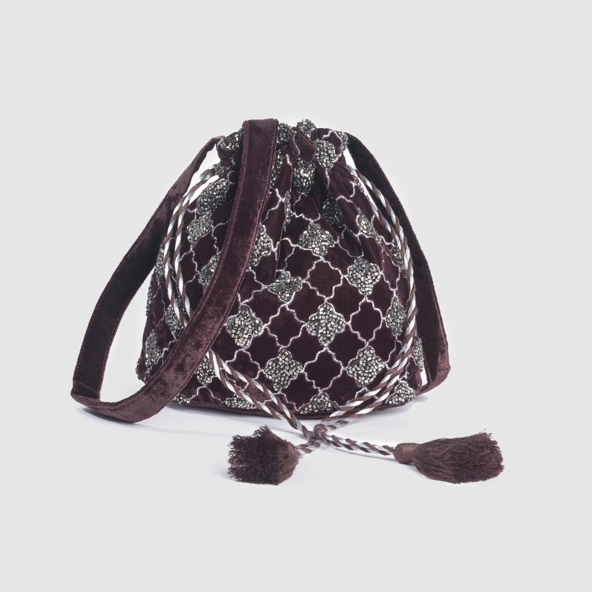 Сумка из велюра с бусинамиСумка из велюра, вышивка бусинами, кисточки,  R ?dition. Стильная женственная сумка, великолепно подходит для шикарного или вечернего наряда.  Состав и описаниеМатериал: 100% полиэстер.Подкладка из текстиляМарка:      R ?ditionЗастежка: завязка и кисточки. Размер: 19 x 18 см. 1 внутренний карман.<br><br>Цвет: каштановый