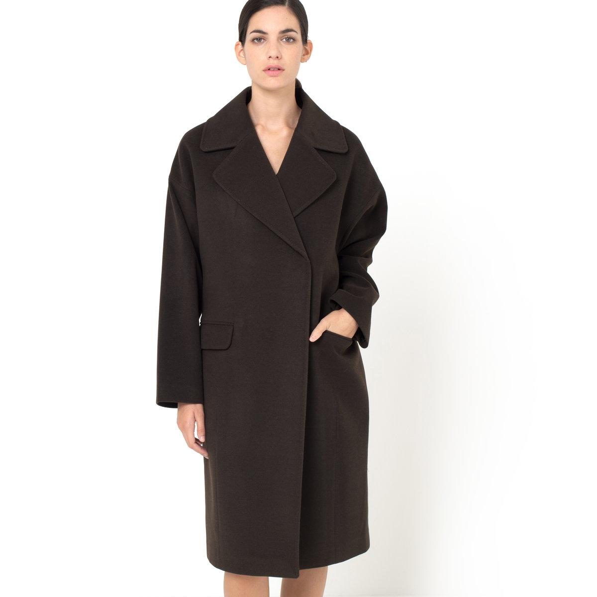 Пальто большого размераПальто большого размера. 80% шерсти, 20% полиэстера. На подкладке из 100% полиэстера. Застежка на пуговицы-кнопки спереди. Приспущенные плечевые швы. 2 кармана. Длина 106 см.<br><br>Цвет: каштановый<br>Размер: 34 (FR) - 40 (RUS)