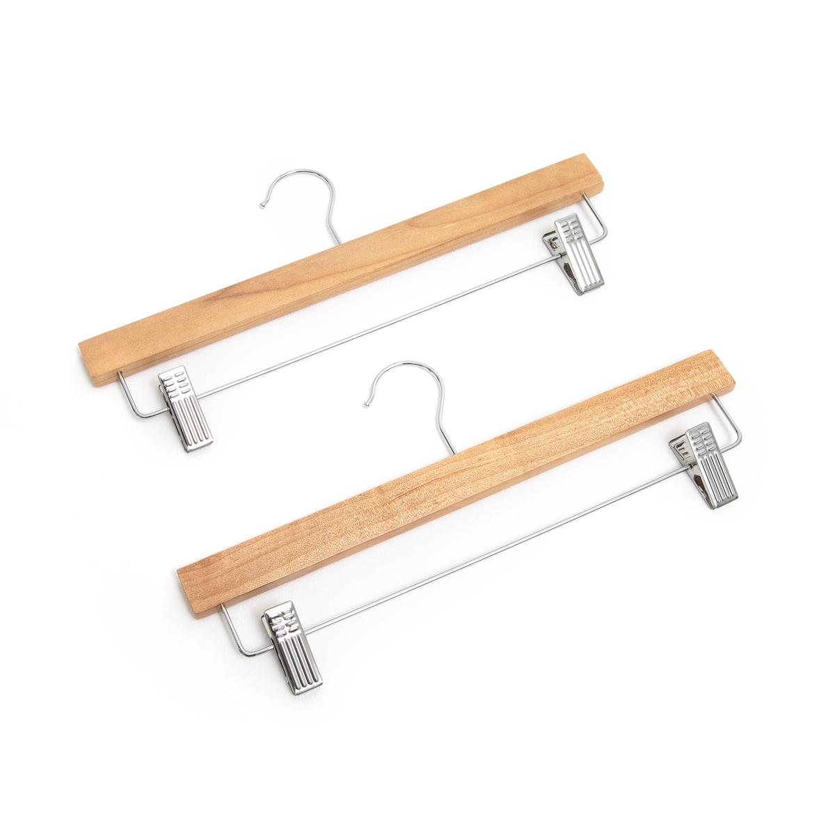 2 вешалки для юбок и брюкОписание:Комплект из 2 вешалок для юбок и брюк. Вешалки из металла и натурального дерева с регулируемыми по ширине зажимами позволят с легкостью повесить ваши вещи.Характеристики вешалок : Из металла и натурального дерева2 зажима с противоскользящим покрытием регулируются по ширине до 30,5 смРазмеры вешалок :Ширина : 35 см Толщина: 2,5 см Высота: 17 см  Размеры и вес упаковки :1 коробка 35 x 17 x 3 см.0,5 кгДоставка :Возможна доставка до квартиры по предварительному согласованию!Внимание ! Убедитесь, что посылку возможно доставить на дом, учитывая ее габариты.<br><br>Цвет: светло-коричневый<br>Размер: единый размер