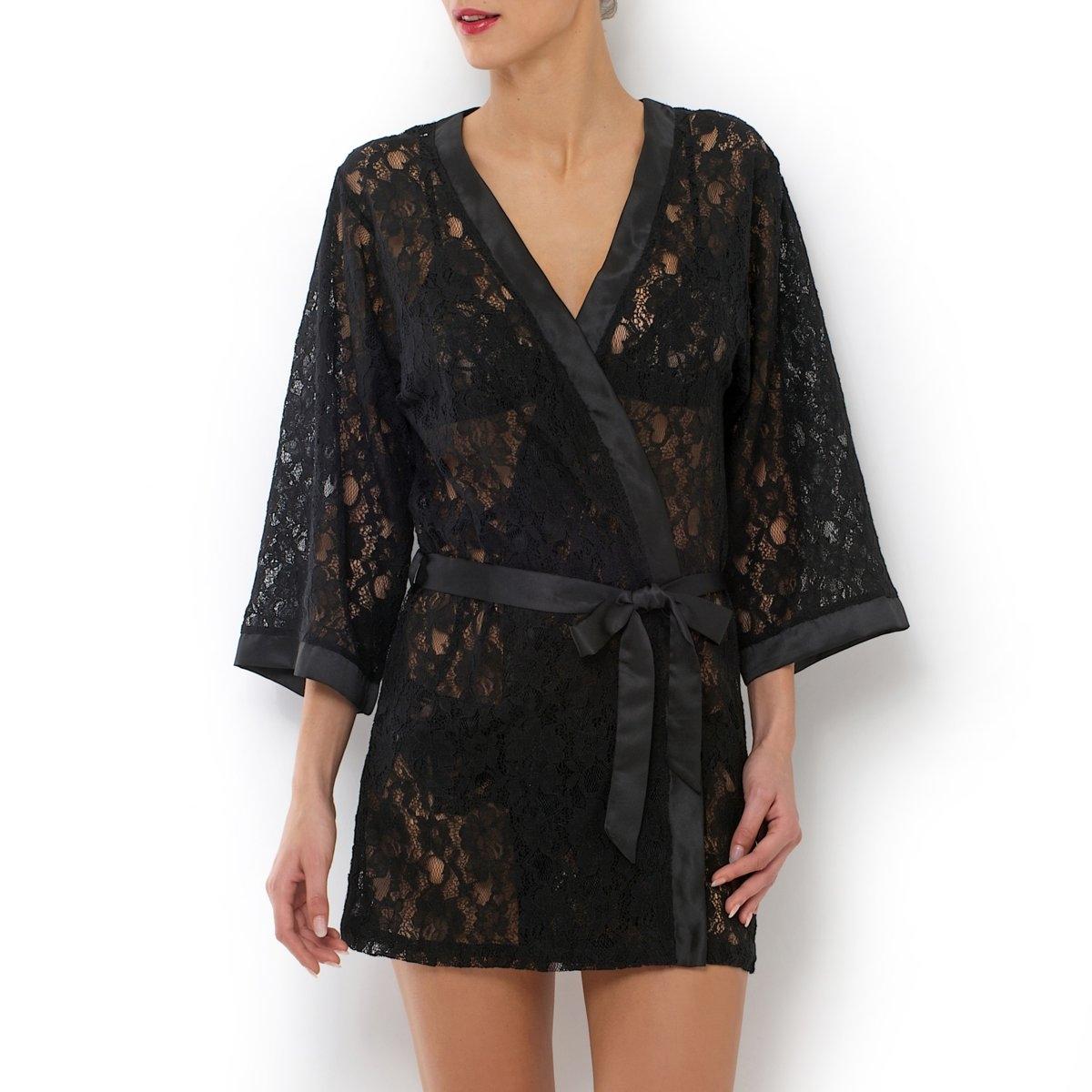Халат-кимоно короткий с длинными рукавами из кружеваСоблазнительный халат-кимоно из полупрозрачного кружева... его можно носить отдельно или поверх комбинации . Атласный пояс в шлевках . Внутренние завязки. Атласная отделка краев .Длина : ок. 83 см.Халат-кимоно короткий из кружева 66% хлопка, 28% полиамида, 6% вискозы .Машинная стирка.<br><br>Цвет: черный<br>Размер: 34/36 (FR) - 40/42 (RUS)
