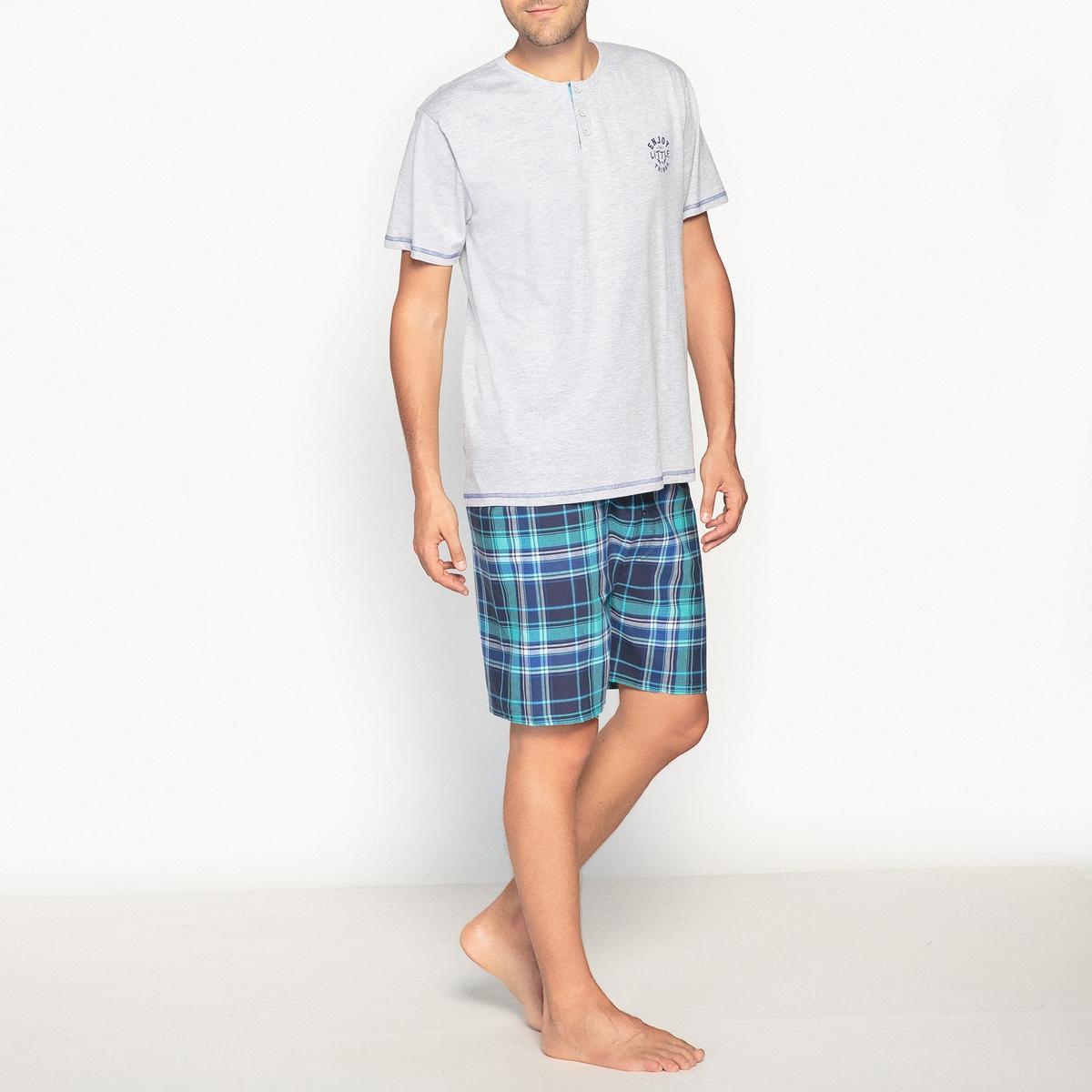 Пижама с принтом и короткими рукавамиПижама с принтом, красивым узором в клетку и высоким тунисским воротом, легкая и удобная как ночью, так и днем во время отдыха . Состав и описание :Пижама с шортами с короткими, тунисским вырезом и вставкой с принтом   рукавами.Шорты на эластичном поясе с завязками . Застежка на пуговицах . Материал : 100% хлопок                цвет серый меланж, верх 92% хлопка, 8% полиэстера Уход :  Стирать с вещами подобного цвета при 40°Стирать и гладить с изнанки на низкой температуре .Машинная сушка запрещена.<br><br>Цвет: серый меланж/в синюю клетку,темно-синий/в красную клетку<br>Размер: M
