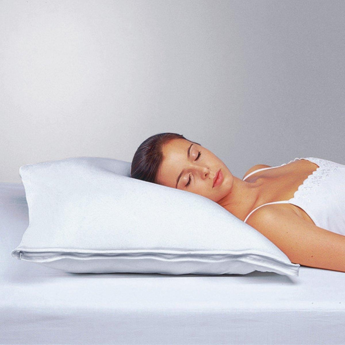 Подушка упругая :Результат работы кинезиотерапевтов : подушка повторяет изгиб шеи благодаря эргономичному чехлу из 100% хлопка с основой-валиком (5 см) из упругого пеноматериала.      Эффективно распределяет давление и вытягивает позвоночник, позвляя максимально расслабиться.      Облегчает мигрень, артроз, ревматические боли и боли в шейном отделе позвоночника.Наполнитель: хлопья полиэстера.Машинная стирка при 40 °С.<br><br>Цвет: белый