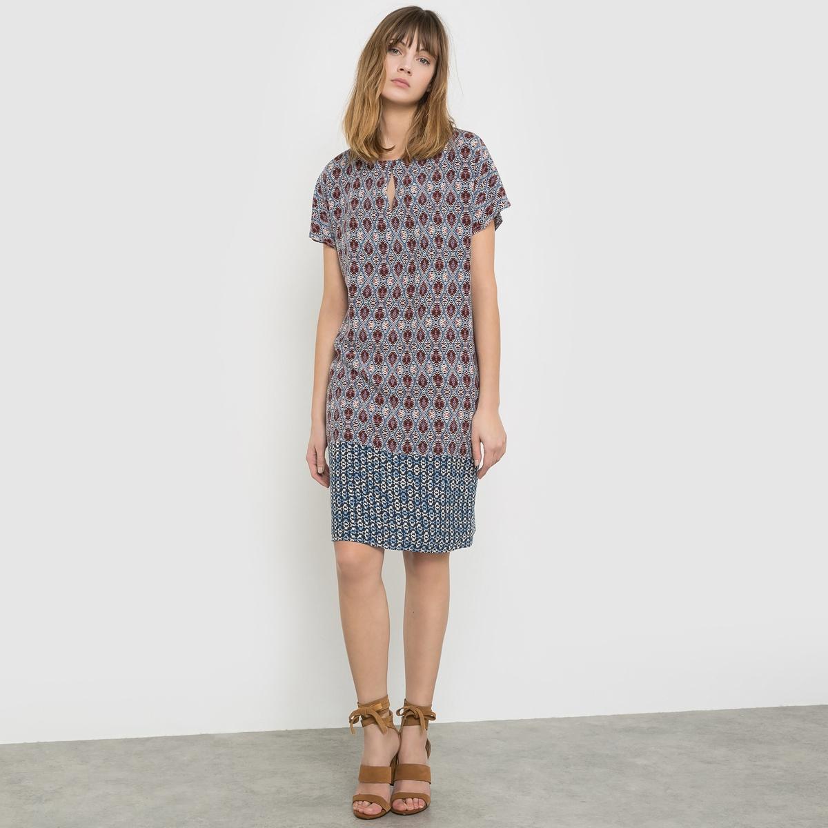 Платье прямого покроя с короткими рукавами и рисунком