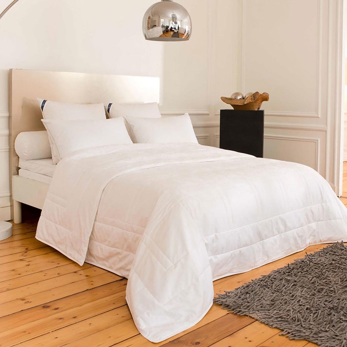 Одеяло шелковое « Bangkok» . Качественный натуральный шелк .Чехол : жаккард 115 нитей/см2 (однотонный рисунок) 100% хлопок,  мягкое и приятное на ощупь Наполнитель : натуральный шелковый кокон, 360 г/м2. Длинные шелковые волокна обеспечивают идеальную защиту от жары и холода . Используемый в качестве наполнителя шелковый кокон позволяет вашему телу дышать и контролирует изменение температуры во время вашего сна . Шелк обеспечит вам сладкий сон до самого пробуждения .Прострочка в клетку для хорошего распределения наполнителя по всей поверхности одеяла Отделка бейкой, усиленная двойная прострочка  . Сухая чистка Продается в чехле .<br><br>Цвет: белый<br>Размер: 240 x 220  см