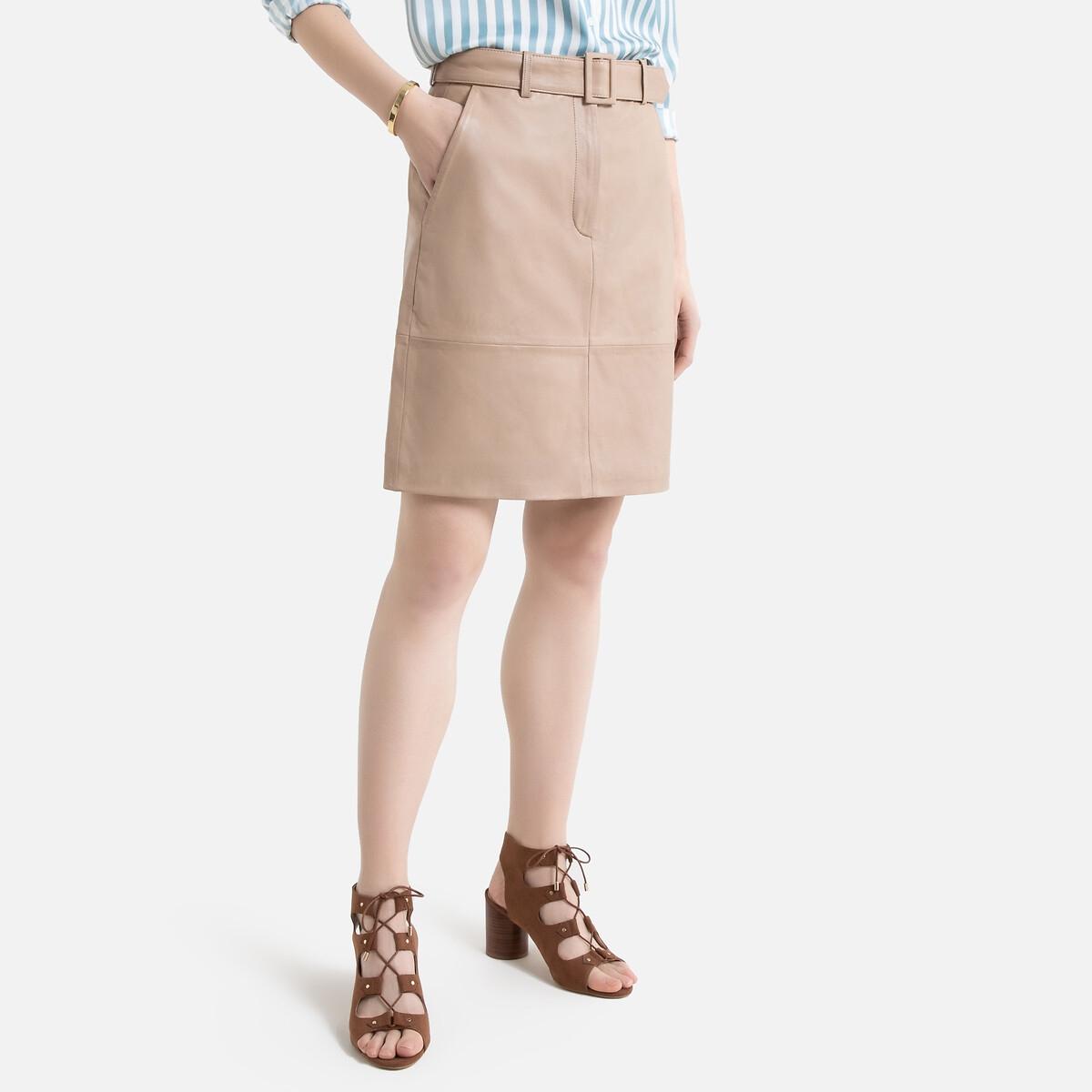 Falda corta de piel, con cinturón