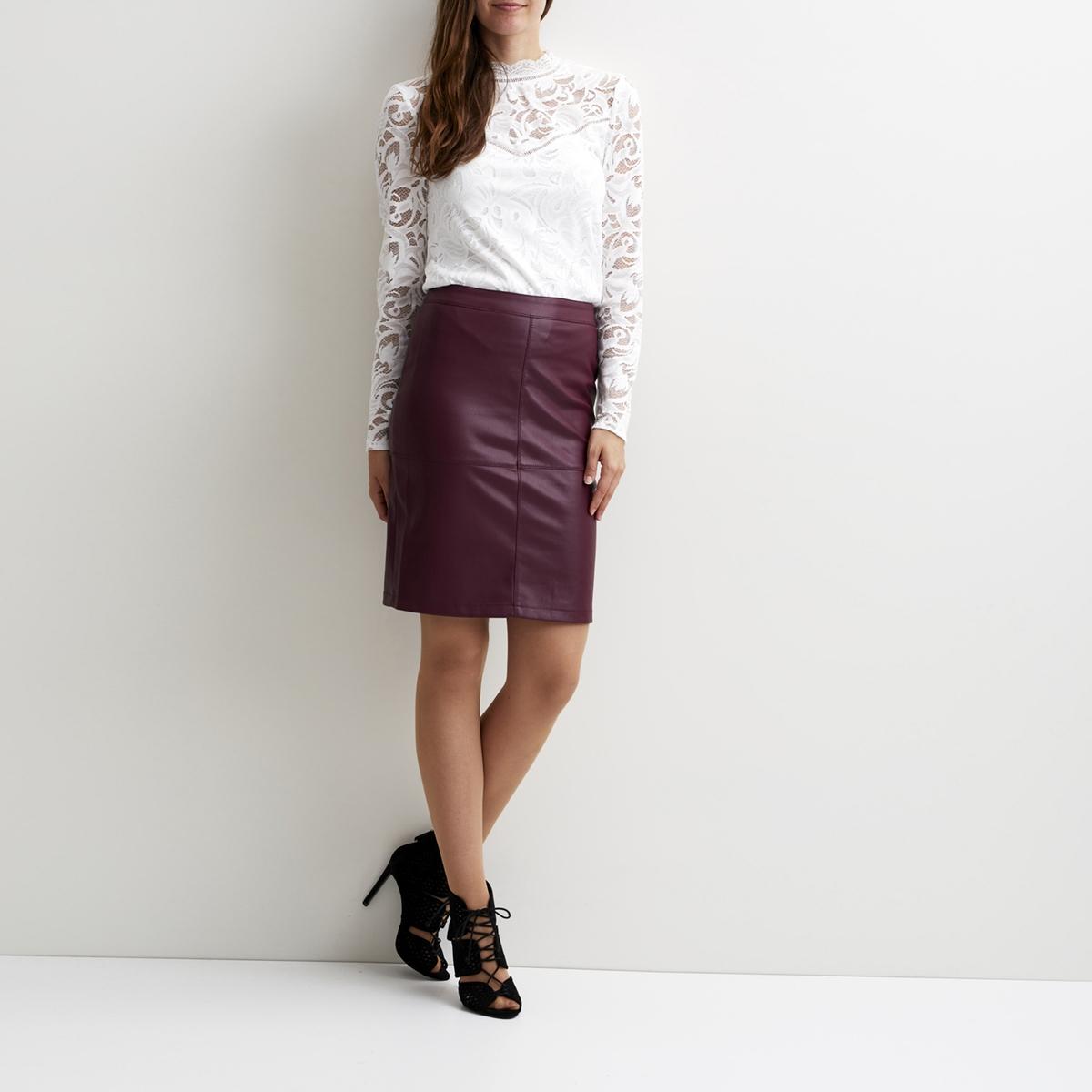 Юбка-карандаш с разрезом, VILA, Vipen SkirtЮбка-карандаш на молнии, модель Vipen Skirt от VILA. Имитация кожи и видимая прострочка. . Разрез сзади. Застежка на молнию сзади.Состав и описаниеМатериал : 100% полиуретанМарка : VILA.УходМашинная стирка при 30° с одеждой такого же цвета.<br><br>Цвет: каштановый,фиолетовый<br>Размер: S