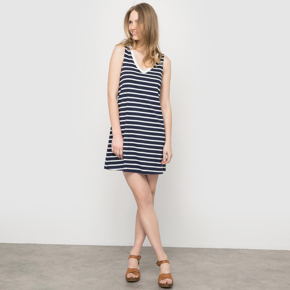 Платье однотонное с V-образным вырезом