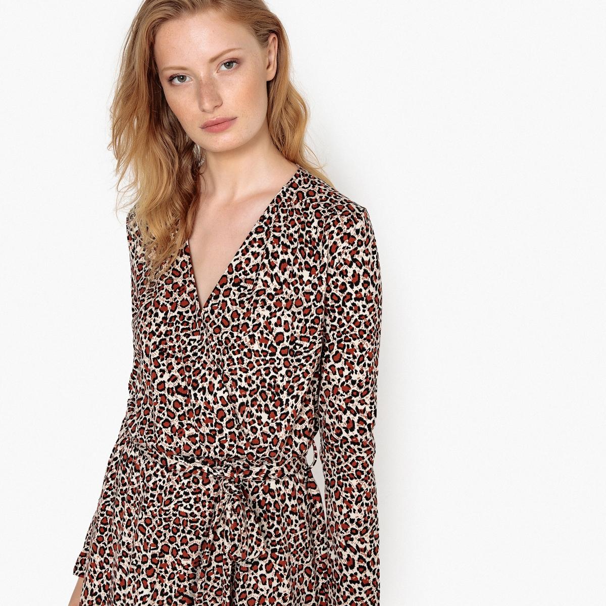 Vestido tipo envelope, estampado leopardo, sob os joelhos