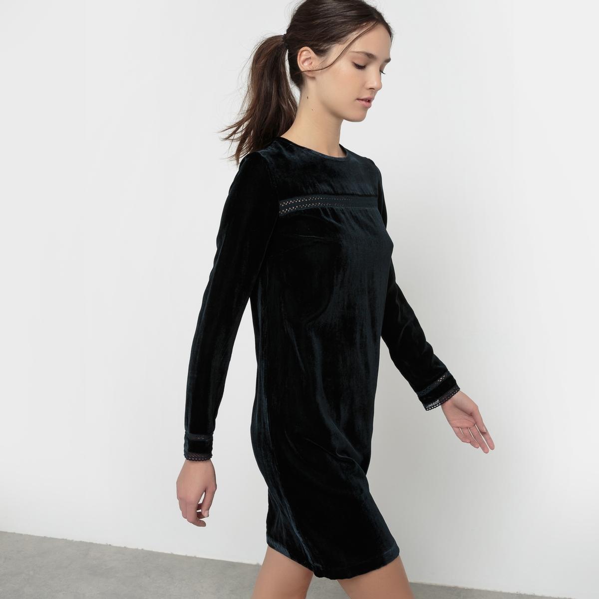 Платье велюровоеПлатье из велюра с легким блестящим эффектом. Прямой покрой. Длинные рукава. Круглый вырез. Разрез на пуговице сзади . Кружевная тесьма на груди спереди и внизу рукавов . Состав и описание Материал : 75% вискозы, 25% полиамидаДлина : 90 смМарка : Mademoiselle R.Уход:Машинная стирка при 30 °C на деликатном режиме Стирать с изнанки с одеждой подобного цвета Машинная сушка запрещена Гладить с изнанки на очень низкой температуре<br><br>Цвет: темно-синий<br>Размер: 42 (FR) - 48 (RUS)