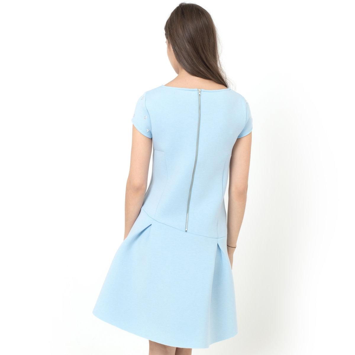 Платье из неопрена с короткими рукавамиПлатье из неопрена, 55% полиэстера, 25% вискозы, 13% полиамида, 7% эластана. Короткие рукава. Круглый вырез. Украшение на рукавах. Асимметричный низ. Застежка на молнию сзади. Длина 88 см.<br><br>Цвет: небесно-голубой,серый,черный<br>Размер: 38 (FR) - 44 (RUS).36 (FR) - 42 (RUS).40 (FR) - 46 (RUS).42 (FR) - 48 (RUS).38 (FR) - 44 (RUS).40 (FR) - 46 (RUS)