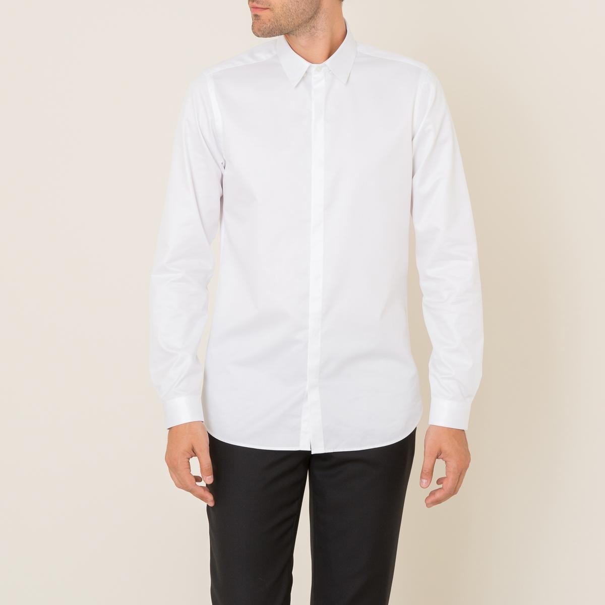 Рубашка из хлопкового твилаРубашка  THE KOOPLES, из хлопкового твила   . Классический воротник. Длинные рукава с пуговицами внизу. Застежка на планку с пуговицами . Закругленный низ по бокам. Облегающий покрой.Состав и описание Материал : 100% хлопок Марка : THE KOOPLES<br><br>Цвет: белый