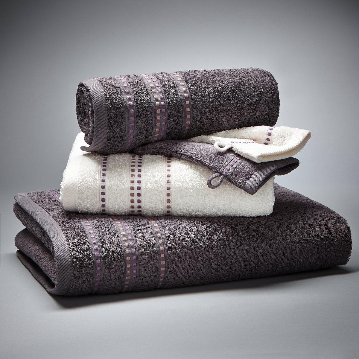 Комплект для ванной, 420 г/м?Комплект с каймой из вискозной нити:- 1 однотонное банное полотенце размером 70 x 130 см- 2 стандартных полотенца (1 белое и 1 цветное) размером 50 x 90 см- 2 банные рукавички (1 белая и 1 цветная) размером 15 x 21 см.Махровая ткань из 100% хлопка, 420 г/м?.Материал долго сохраняет мягкость и прочность. Превосходная стойкость цвета при стирке 60°.Машинная сушка.<br><br>Цвет: темно-серый