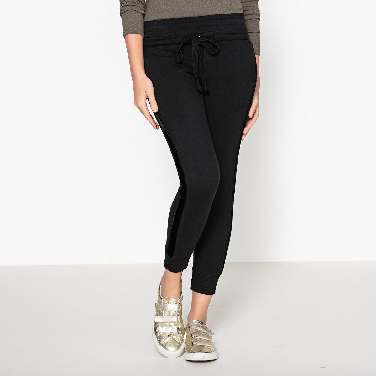 Спортивные брюки с велюровой нашивкойОписание:Спортивные брюки THE KOOPLES с эластичным поясом и велюровая полоса по длине ноги.Детали   •  Спортивные брюки  •  Стандартная высота пояса •  Эластичный поясСостав и уход   •  48% хлопка, 52% модала •  Следуйте советам по уходу, указанным на этикетке •  Велюровая черная нашивка по длине ноги, 100% хлопок  •  Затягивающийся пояс для приталенной формы •  Резинка на лодыжке •  Прорезные карманы сзади •  Длина по внутреннему шву : 70 см<br><br>Цвет: черный