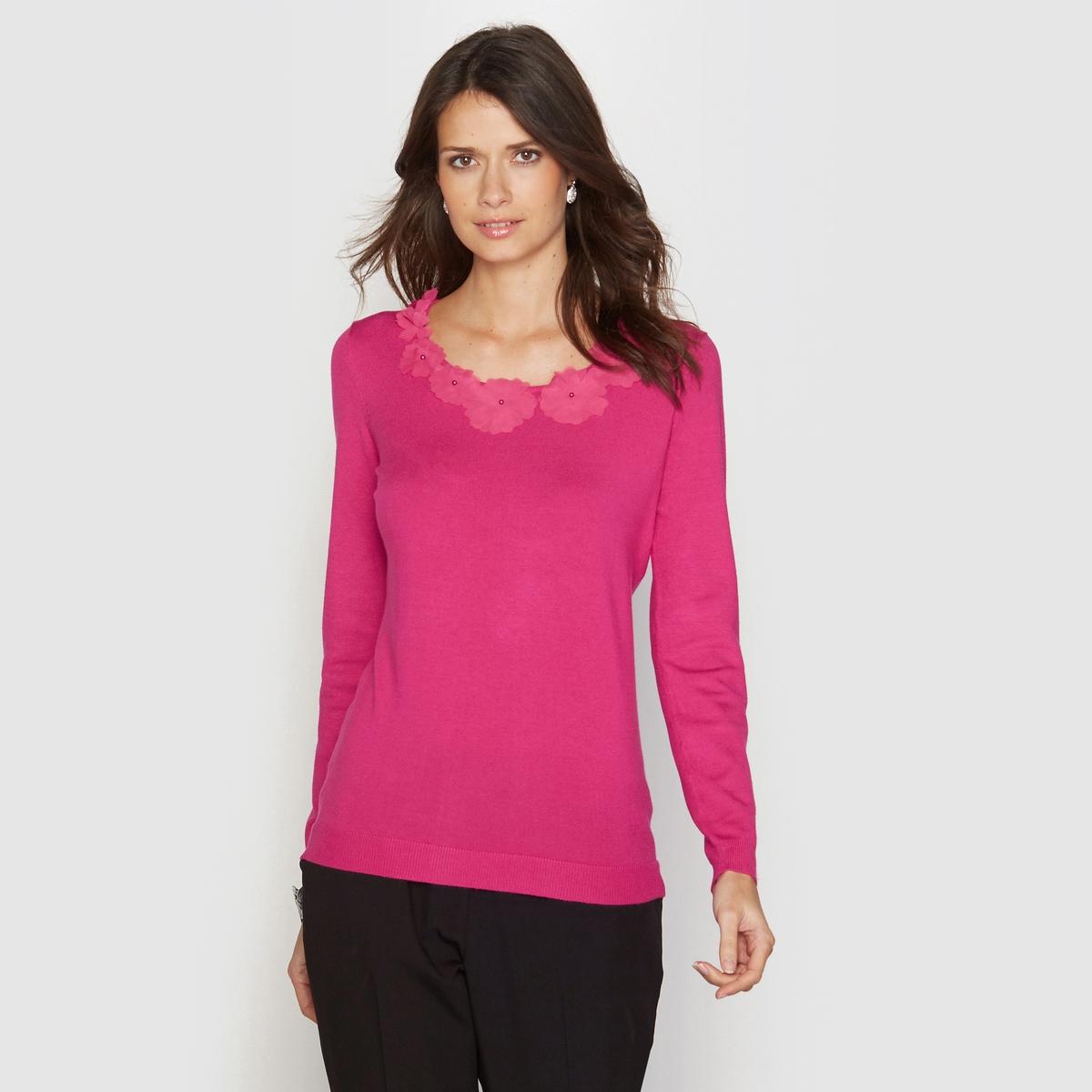 Пуловер с оригинальным вырезомПуловер . Изысканный и нежный с цветочной аппликацией из полиэстера на круглом вырезе  . Манжеты и низ связаны в рубчик . Длина . 62 см .Джерси 80% вискозы, 20% полиамида .<br><br>Цвет: фуксия