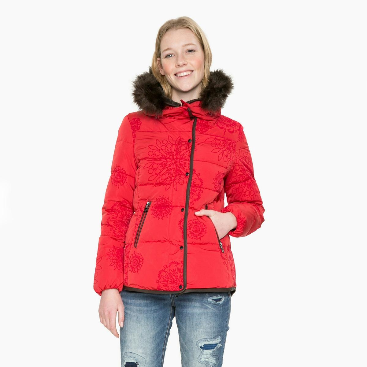 Пальто короткое с капюшономОписание:Стеганое пальто DESIGUAL для защиты от холода этой зимой. Капюшон убирается в воротник-стойку, отороченный искусственным мехом. Пальто на молнии, украшенное бархатистыми узорами из велюра.Детали •  Длина : укороченная   •  Капюшон •  Застежка на молнию •  С капюшономСостав и уход •  100% полиэстер •  Следуйте рекомендациям по уходу, указанным на этикетке изделия<br><br>Цвет: красный<br>Размер: 46 (FR) - 52 (RUS).38 (FR) - 44 (RUS)