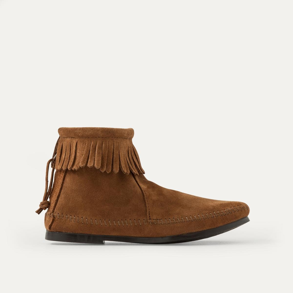 Ботинки с бахромой из замшевой кожиПочувствуйте дух свободы с ботинками Minnetonka с отделкой бахромой, выполненных в индейском стиле : мягкие, невероятно удобные благодаря замшевой коже, аутентичный стиль, свободный и изысканный !<br><br>Цвет: каштановый,темно-бежевый,черный<br>Размер: 39