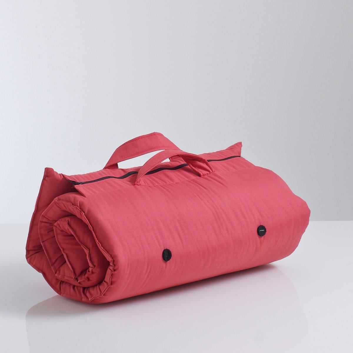 Матрас хлопчатобумажныйИдеальный вариант для сна на природе ! Не занимающий много места и всегда готовый к использованию,  сворачивается, застежка на молнию, легко переносится при помощи 2 ручек .Размеры :В развернутом виде : 70 x 190 см. Толщина 5 см. Покрытие:70% хлопок, 30%полиэстер, обработка TEFLON (от пятен).Комфортный матрас :Внутренний слой из  2слоев  ваты 80% хлопок (1300г/м?).Набивка-планки и фетр .<br><br>Цвет: красный<br>Размер: 70 x 190 см