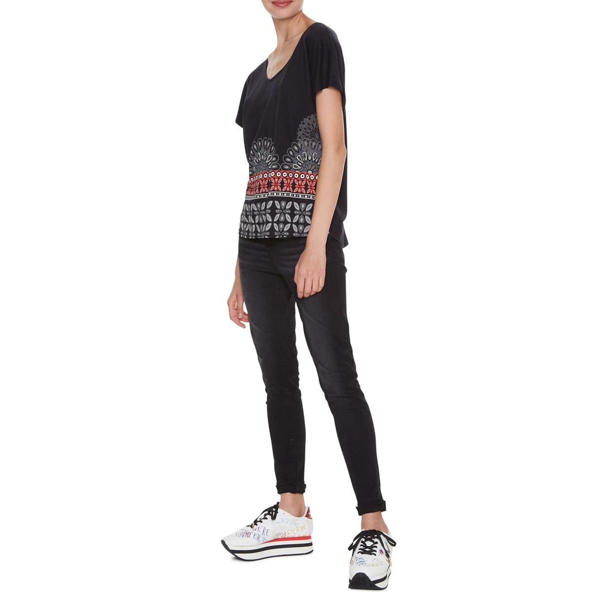 Camiseta con cuello de pico y estampado gráfico