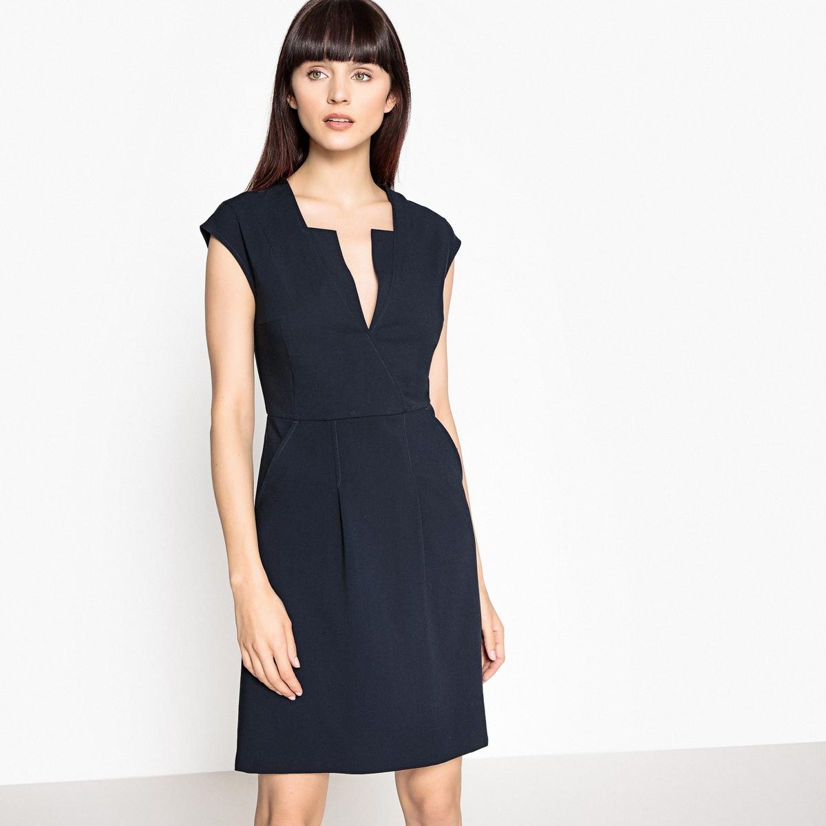Платье расклешённое с короткими рукавами и оригинальным вырезом