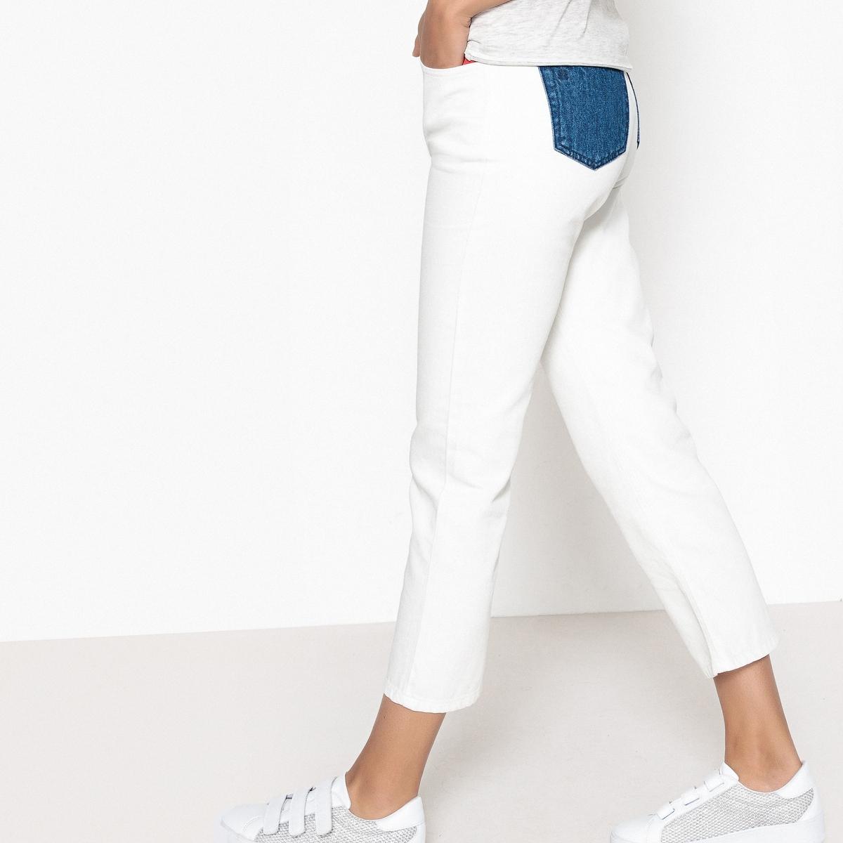 Jeans curtos, direitos, bolsos a contrastar atrás