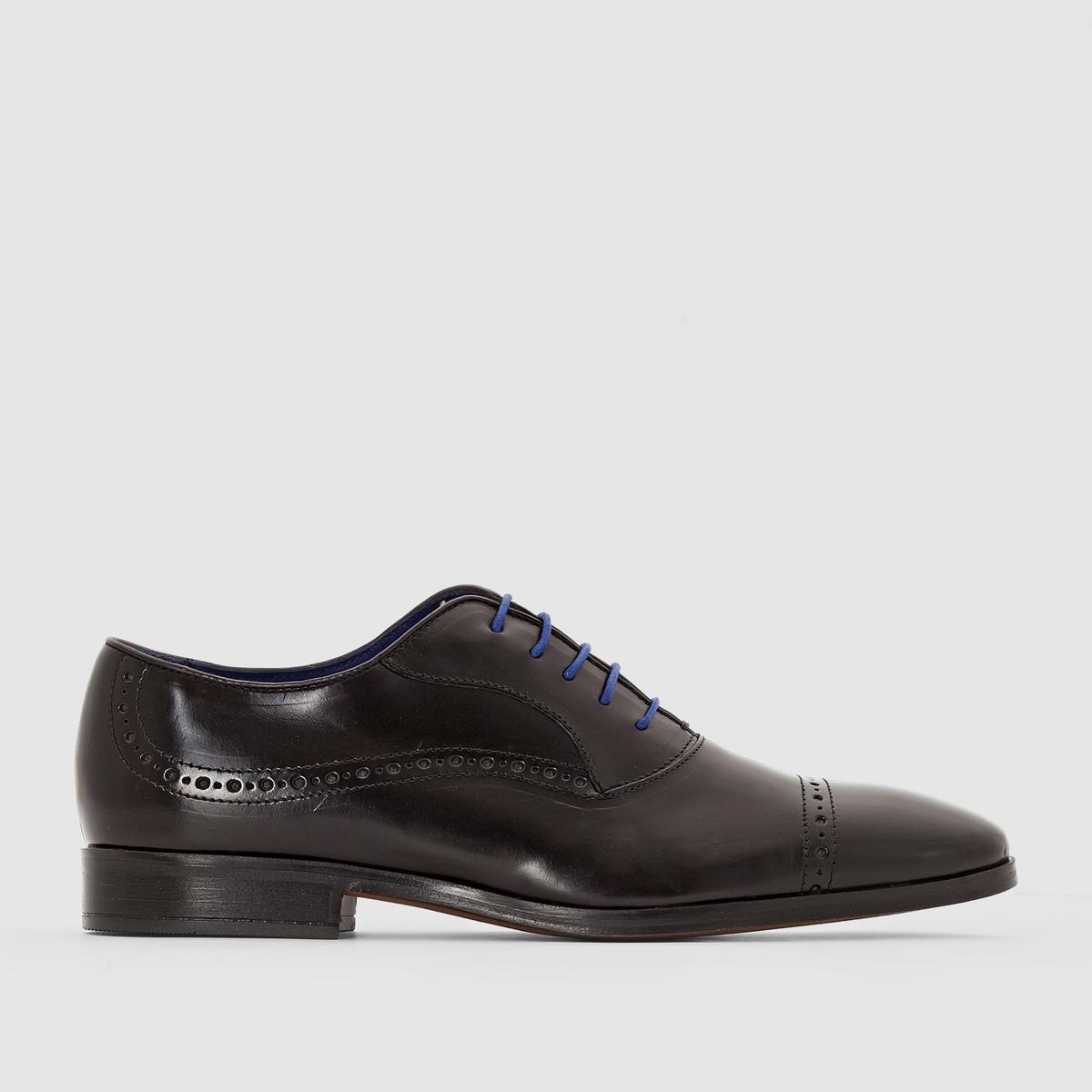 Ботинки-дерби из кожи со шнуровкойБотинки-дерби из кожи со шнуровкой, модель Depech от Azzaro.Верх: яловичная кожа. Подкладка: кожа и текстиль. Стелька: кожа. Подошва: кожа. Застежка: на шнуровке. Высота каблука: 2 см. Классический стиль ботинок на низком каблуке? Марка Azzaro отдает дань традициям с этими элегантными дерби из кожи, созданными и изготовленными в Италии. Наслаждайтесь качеством и комфортом, надевая дерби с классическим костюмом или элегантным вечерним комплектом.<br><br>Цвет: каштановый