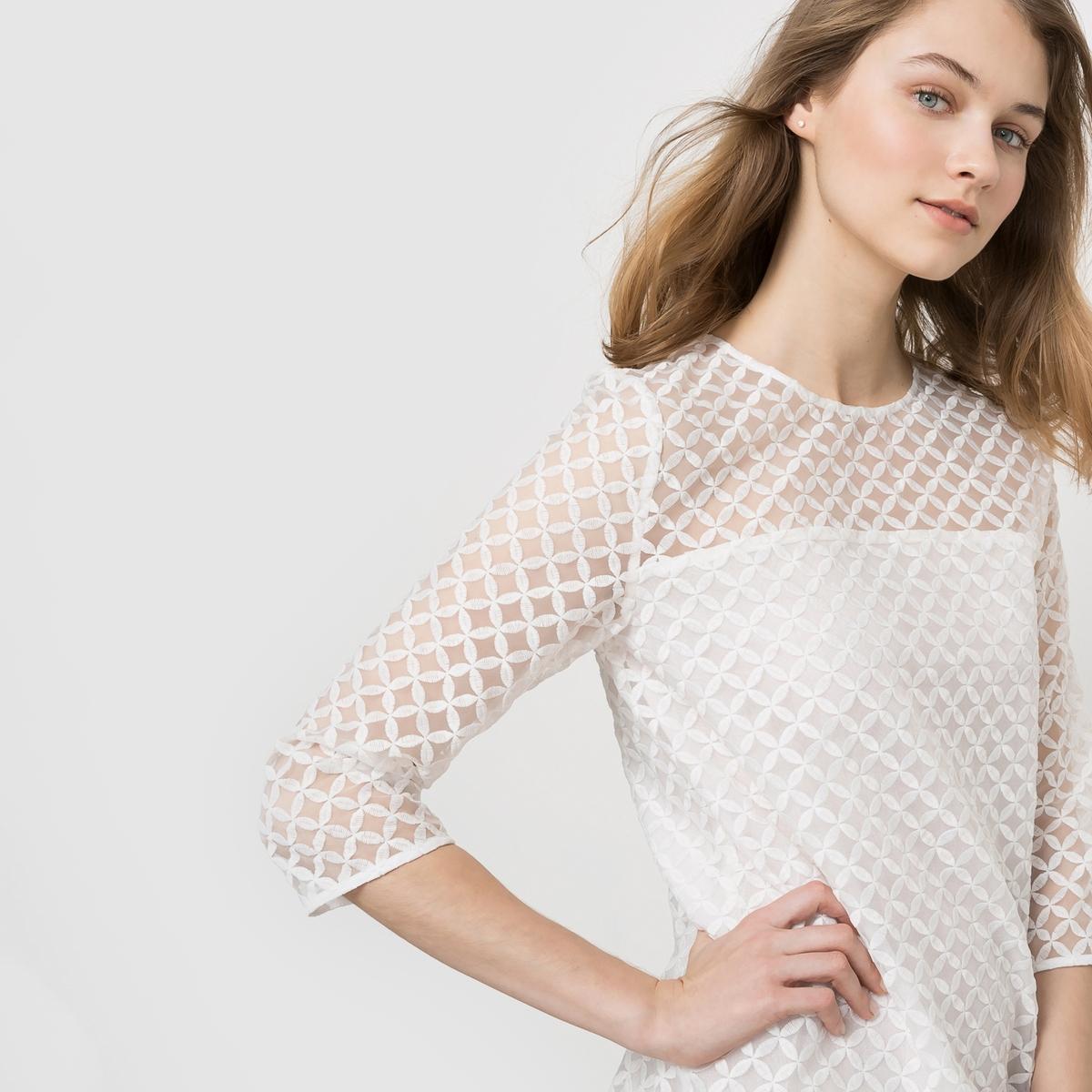 Платье из двух материалов с кружевомПлатье из двух материалов с эффектом прозрачности геометрического рисунка. Прямой покрой, рукава 3/4. Застежка на спине. Закругленный вырез.Состав и описаниеМатериал : кружево 100% полиэстера, подкладка 100% хлопка Длина : 90 смМарка : MADEMOISELLE R<br><br>Цвет: белый