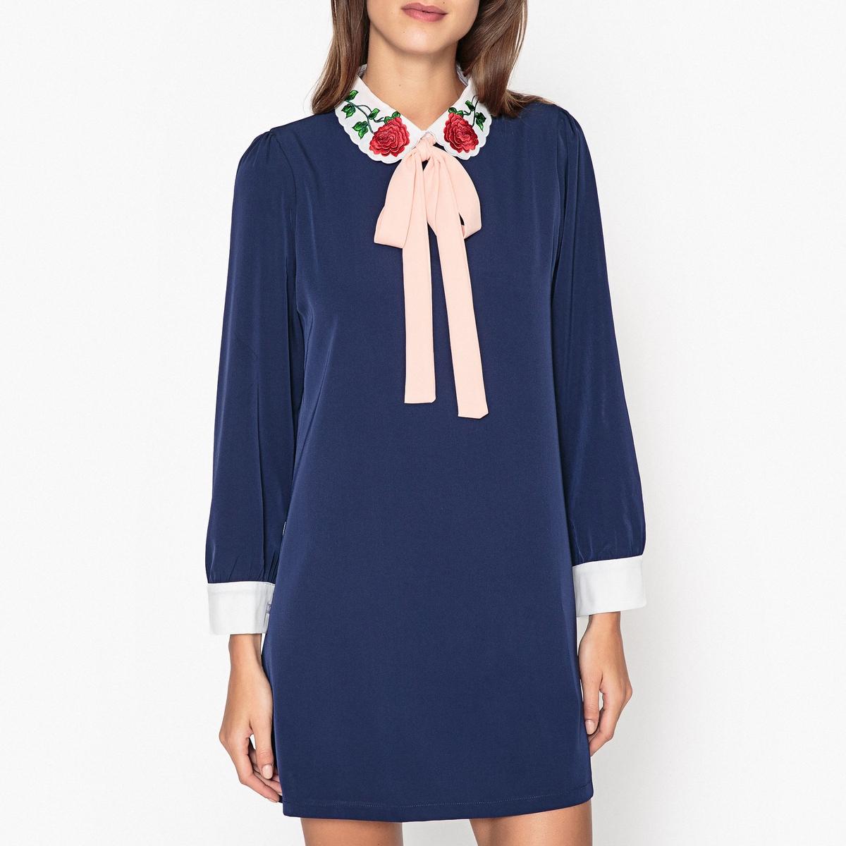 Платье с галстуком-бантомПлатье SISTER JANE с отложным воротником, с однотонным контрастным галстуком-бантом.Детали   •  Форма : прямая  •  Укороченная модель •  Длинные рукава     •  Галстук-бантСостав и уход  •  3% эластана, 97% полиэстера   •  Подкладка  : 5% эластана, 95% полиэстера •  Следуйте советам по уходу, указанным на этикетке   •  Манжеты контрастные на пуговицах • Застежка на золотистую молнию сзади •  Длина  : 84 см. для размера S<br><br>Цвет: темно-синий