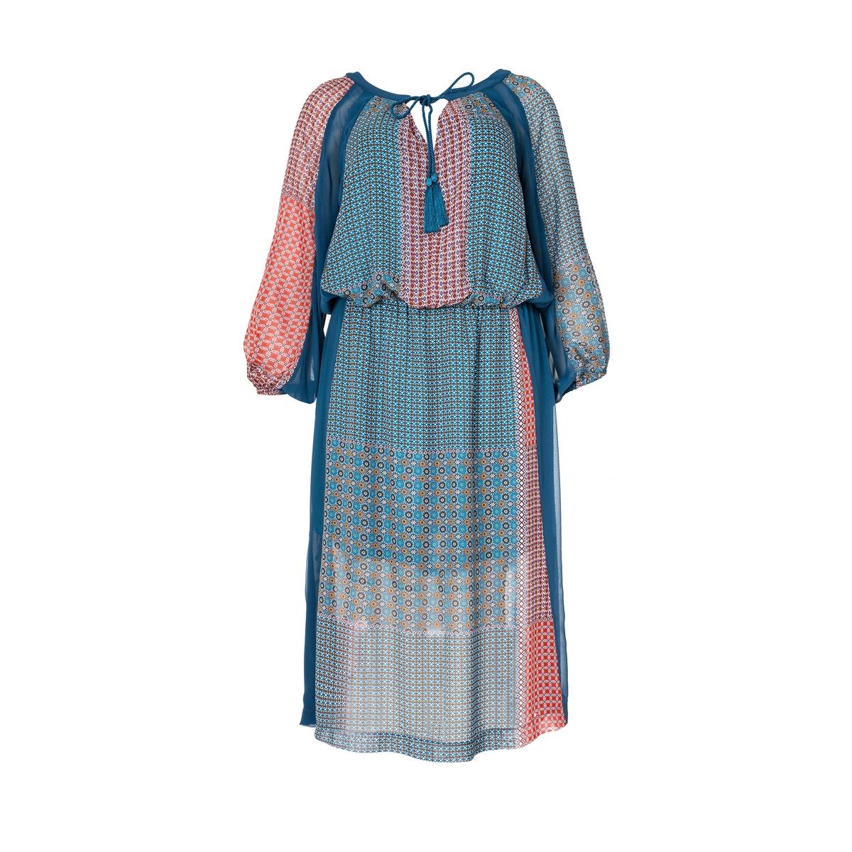ПлатьеОбъемный покрой с поясом, ткань с лоскутным мотивом . Длинные рукава со сборками  . V-образный вырез с завязками с бахромой .<br><br>Цвет: набивной рисунок<br>Размер: 44/46 (FR) - 50/52 (RUS)