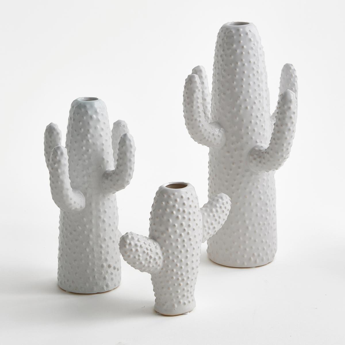 Ваза Cactus, высота 29 см, дизайн М. Михельссен для SeraxВаза Cactus. Ваза для одного цветка из керамики, красиво смотрится с цветком и как отдельный предмет декора. Мари Михельссен - дизайнер. Она черпает вдохновение в повседневной жизни и в различных элементах, которые стимулируют ее дух. Для Serax она создала эту вазу в форме кактуса.     На сайте представлены 3 размера белого и зеленого цветов для придания пикантности Вашему декору.    Характеристики : - Из керамики, покрытой глазурью   Размеры : - Ш.19 x В.29 x Г.17 см.<br><br>Цвет: белый<br>Размер: единый размер