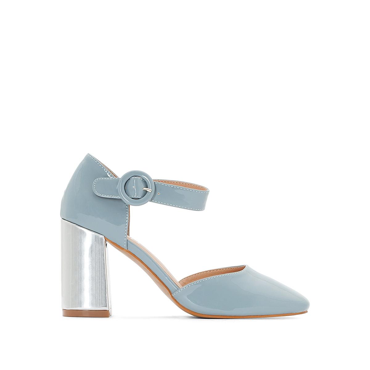 Sapatos com tacão metálico
