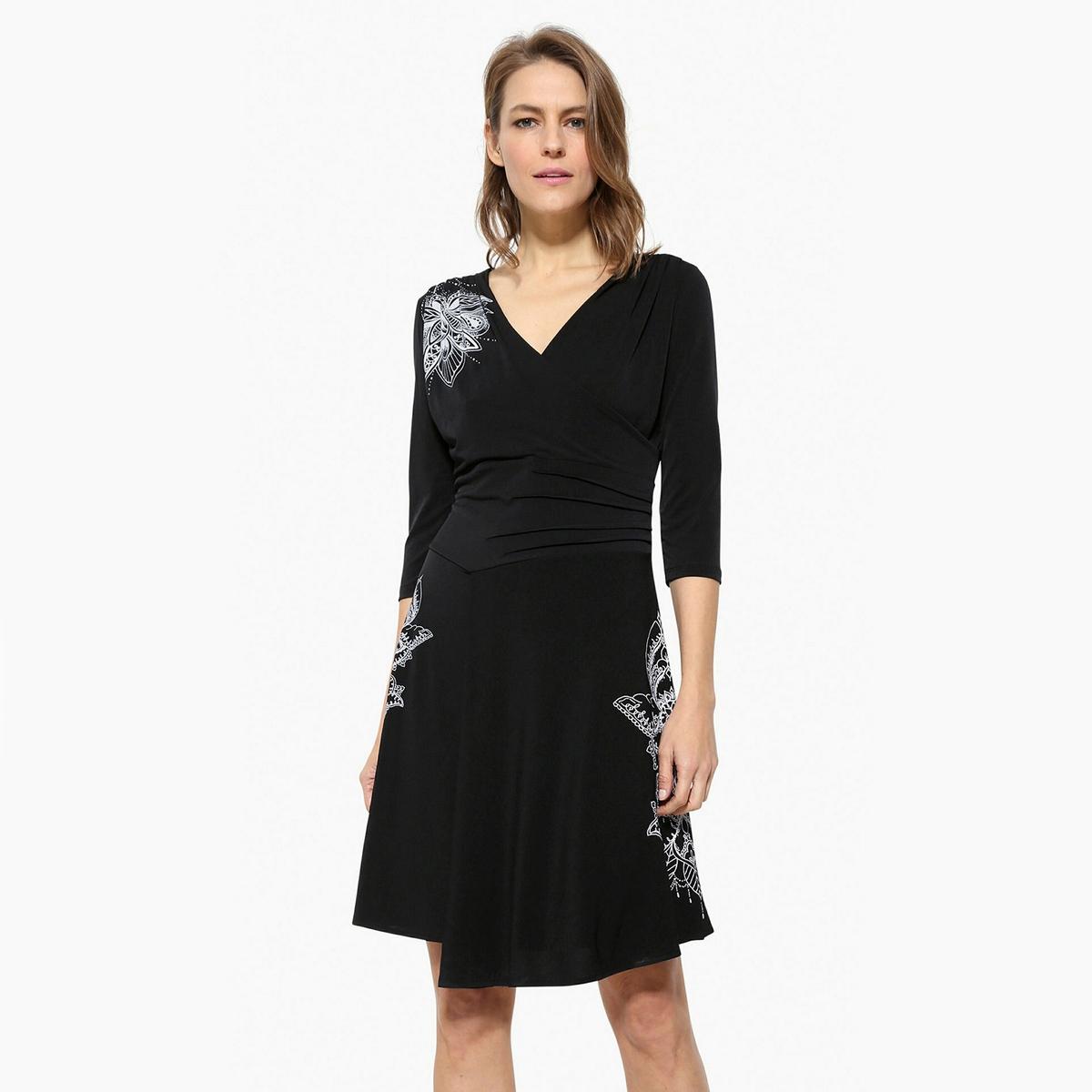 Платье короткое расклешенное с графичным рисункомДетали •  Форма : расклешенная •  Укороченная модель •  Рукава 3/4    •  Круглый вырез  •  Графичный рисунокСостав и уход •  96% вискозы, 4% эластана •  Следуйте рекомендациям по уходу, указанным на этикетке изделия<br><br>Цвет: черный<br>Размер: XL