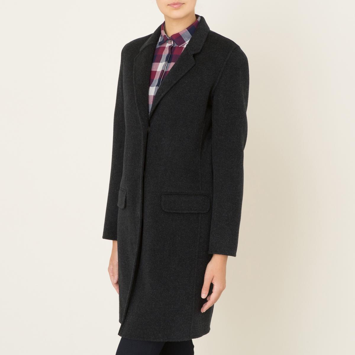Пальто длинное женское VEGASДлинное пальто HARTFORD, модель VEGAS. Из шерстяного драпа. Костюмный воротник. Длинные рукава. Застежка на 3 кнопки. 2 кармана с клапанами. Щлица сзади для большего удобства. Объемный покрой. Состав и описаниеМатериал : 80% шерсти, 20% полиэстера Марка : HARTFORD<br><br>Цвет: антрацит